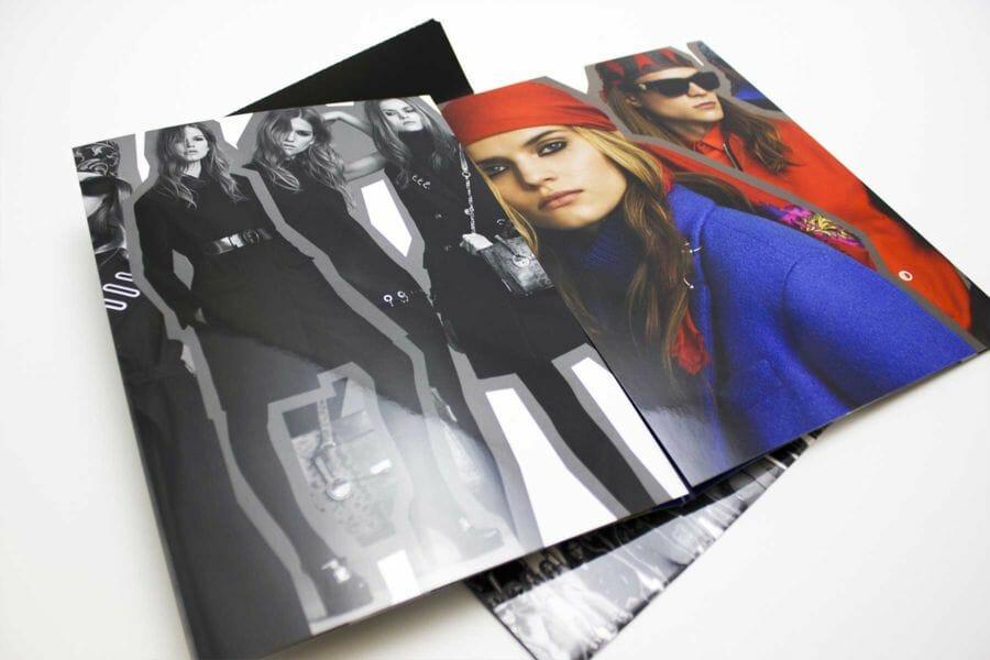 Plastificazione Lucida - Tecnica che, attraverso l'applicazione di un film lucido, nobilita la copertina o altre pagine di un prodotto editoriale, esaltando la qualità delle carte e della stampa con colori più brillanti e accesi.