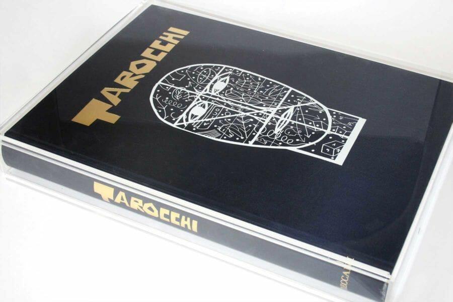 Lavorazioni con plexiglass - Utilizzo del plexiglass in moderne produzioni editoriali per la realizzazione di effetti come quelli del vetro e delle trasparenze.