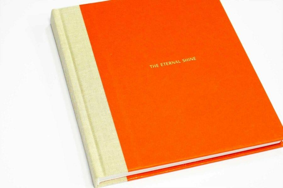 Cartonato mezzatela - Tecnica applicata ai volumi cartonati in cui il dorso e una porzione della copertina e del retro-copertina vengono ricoperti con una tela o altro materiale di rivestimento.