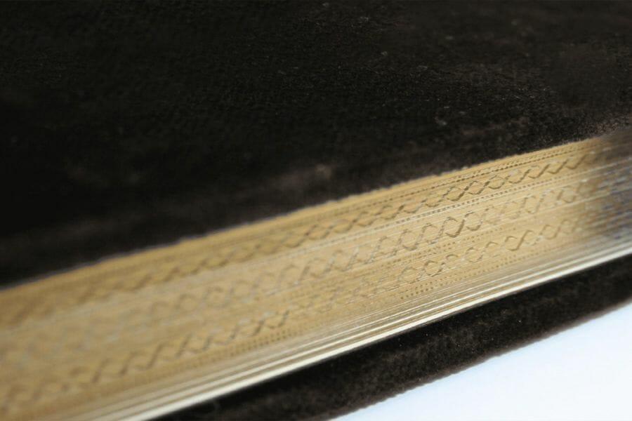 Labbratura artistica - Tecnica che permette l'incisione o la colorazione del motivo desiderato sui bordi esterni di un volume.