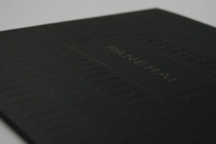 Stampa a secco - Lavorazione che consente, attraverso la pressione di un punzone contro la matrice, di creare un effetto di rilievo o incavo sul foglio.