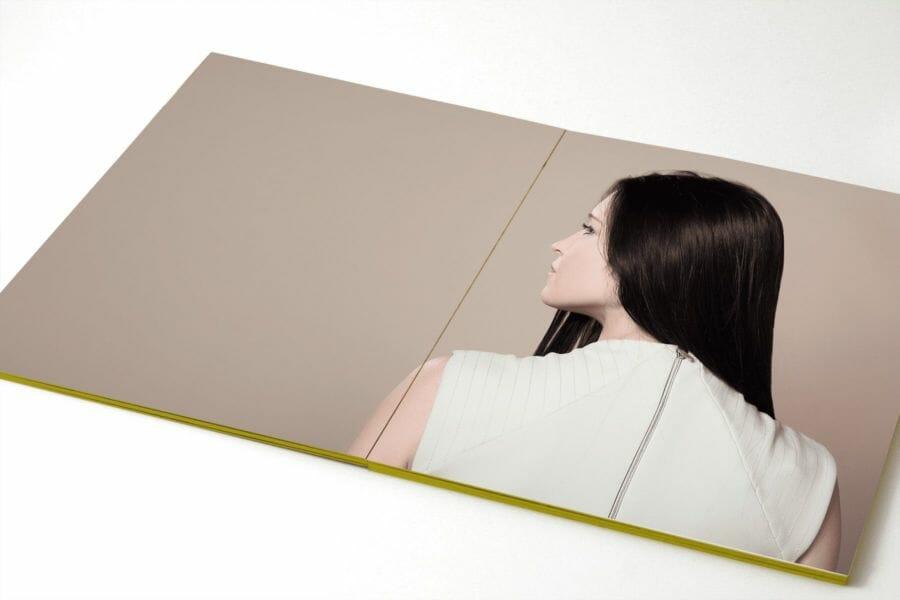 Tout carton - Rilegatura che consente l'apertura a 180°, realizzata mediante l'incollaggio di ogni quartino al successivo.