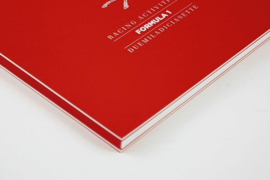 Cartonato taglio al vivo - Tecnica applicata ai volumi cartonati con il taglio sui tre lati del volume lasciando a vista il cartone interno alla copertina, che può essere anche labbrato.