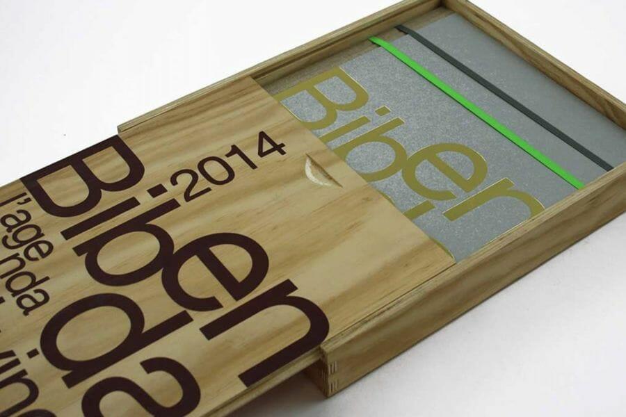 Lavorazioni con legno - Utilizzo del legno in produzioni editoriali che vogliono trasmettere valori relativi all'artigianato e alla natura.