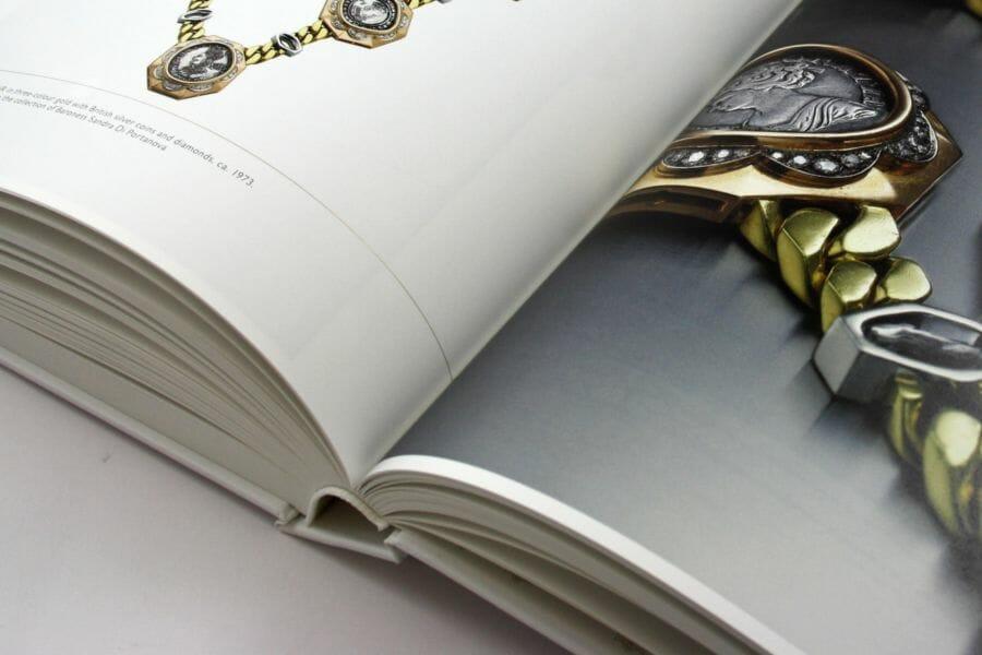 Cartonato - Rilegatura dove il blocco libro cucito viene applicato ad una copertina realizzata in cartone rivestito da carta o tela. Generalmente viene completato con risguardie e capitelli.