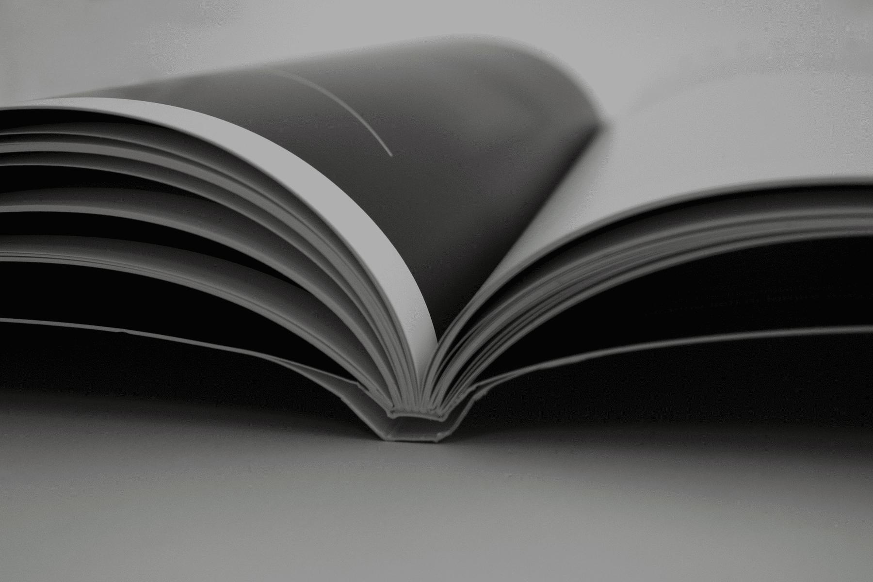 Brossura hardcover - Rilegatura realizzata mediante l'applicazione sulla brossura di una copertina accoppiata, allo scopo di dare maggior spessore e di lasciare libero il dorso per avere una migliore apertura.